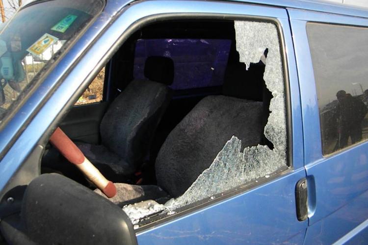 Masini vandalizate in targul de masini de la Gilau: roti taiate, parbrize sparte si tabla zgariata VIDEO EXCLUSIV