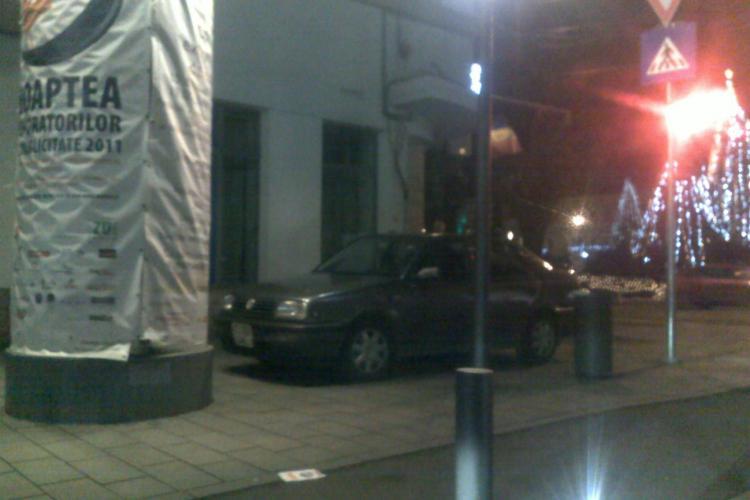 A parcat pe trotuar, in usa Cercului Militar Cluj! Masinile inca nu se ridica in Cluj-Napoca