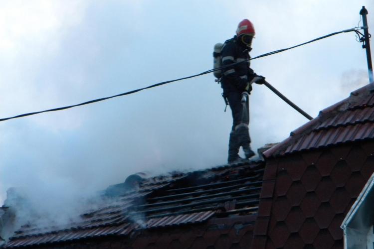 Incendiu in Gherla la o hala de tamplarie! Un pompier a fost ranit de o grinda VIDEO SPECTACULOS