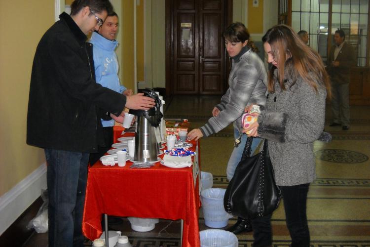 "A inceput campania ""Hai la o cafea"". Organizatorii spera sa adune cat mai multi bani pentru studentii orfani FOTO si VIDEO"