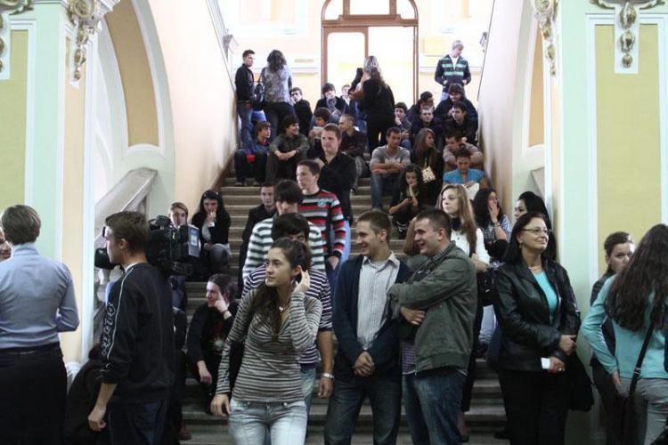 Studentii de la UBB Cluj vand ceai si cafea pe strada pentru a-si ajuta colegii orfani! VEZI locatiile