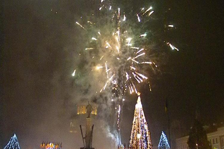 """Foc de artificii in Piata Avram Iancu! Cerul a """"luat foc"""", iar clujenii si-au spus """"LA MULTI ANI"""" VIDEO si FOTO"""