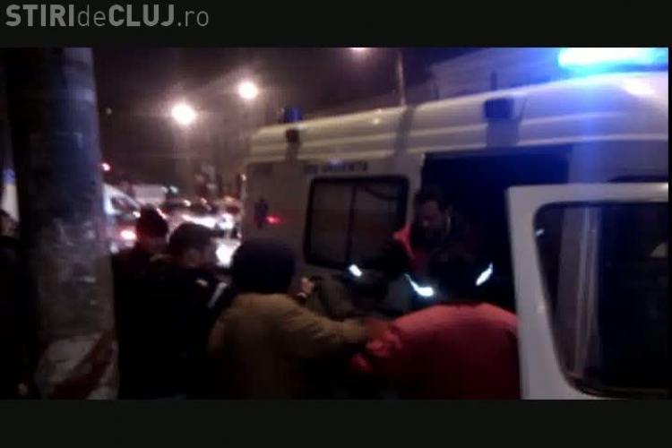 1 decembrie in coma alcoolica la Cluj! Un tanar a fost luat de ambulanta de langa Regionala, dupa ce a cazut lat VIDEO