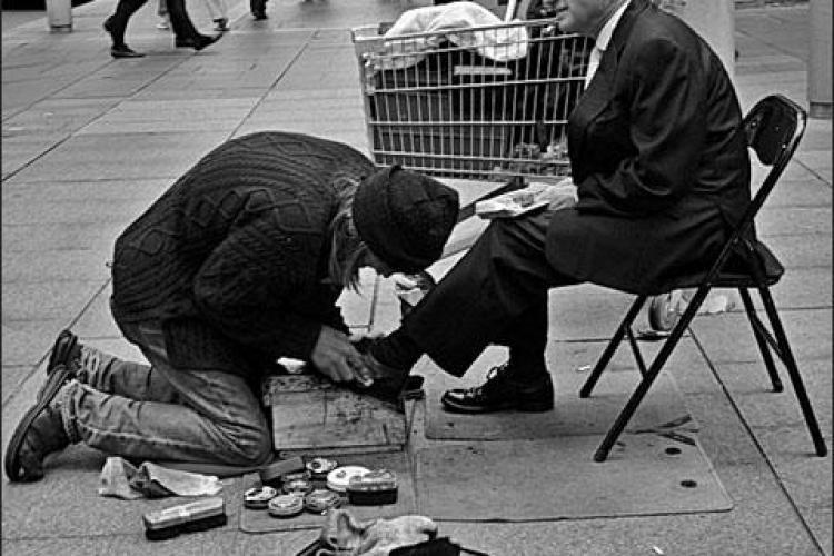 Clujenii isi pot lustrui pantofii pentru un scop caritabil