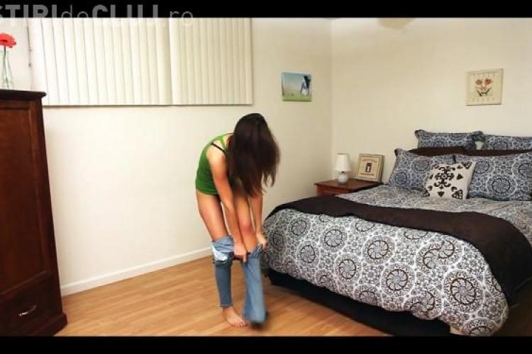Cum se chinuie o tanara sa incapa intr-o pereche de jeansi stramti! VIDEO cu final neasteptat