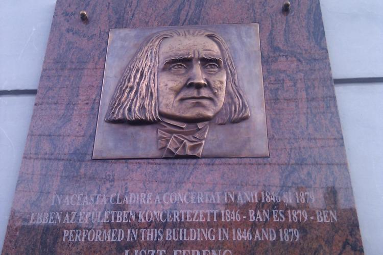 Placa memoriala cu numele maghiar al lui Franz Liszt, pe cladirea Muzeului Etnografic din Cluj FOTO