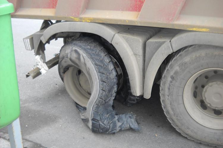 I-a explodat cauciucul in centrul Clujului. Trecatorii au tras o sperietura groaznica FOTO si VIDEO