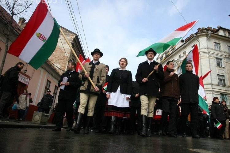15 tineri maghiari au facut o contramanifestatie de Ziua Nationala, la Miercurea Ciuc
