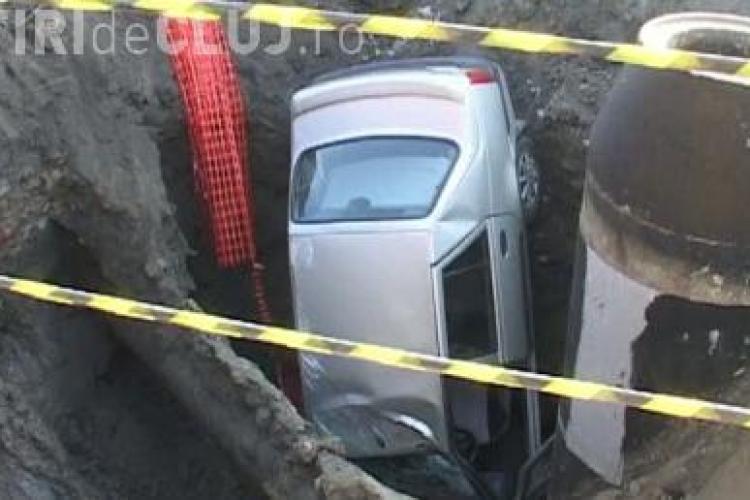 "O masina a cazut intr-un ""crater"" din drum! Groapa a ""inghitit"" autoturismul VIDEO"