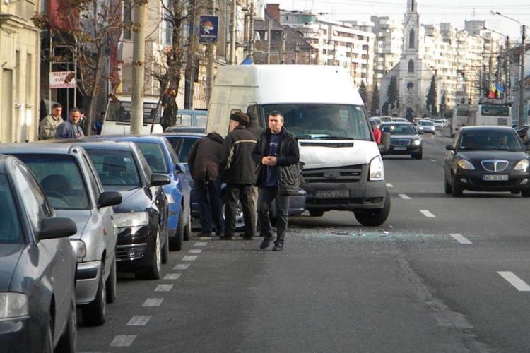 Accident pe Bulevardul 21 Decembrie in dreptul Intesa Sanpaolo Bank FOTO si VIDEO