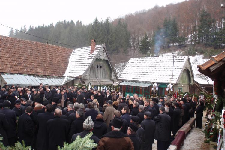 Tatal premierului Emil Boc a fost inmormantat! La ceremonie a asistat Traian Basescu, Udrea si sute de localnici FOTO