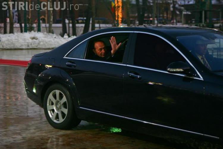 Traian Basescu a aterizat la Cluj-Napoca si merge la Rachitele. UPDATE Presedintele este insotit de Elena Udrea si Anca Boagiu