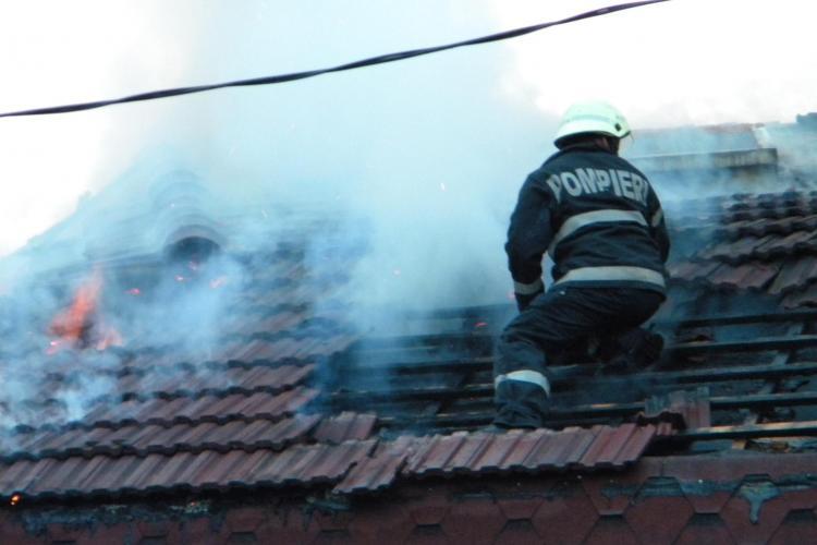 Incendiu pe strada Garii din Baciu! Acoperisul unei case de chirpici a luat foc