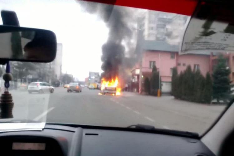Taximetru in flacari, pe strada Constantin Brancusi, in fata hotelului Opal VIDEO