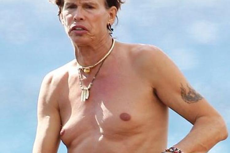 Solistul de la Aerosmith, scarbos pe o plaja din Hawaii FOTO