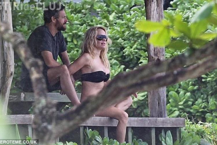 Pamela Anderson, in costum de baie. Vezi FOTO cum arata vedeta la 44 de ani