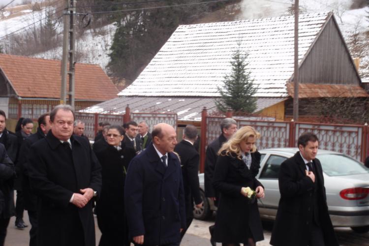 Basescu, Udrea, Blaga si Anastase au asistat la sluba de inmormantare de la Rachitele FOTO