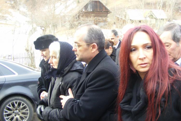 Tensiuni la inmormantarea tatalui lui Emil Boc! Sotia premierului: Ziaristii astia nu mai au niciun pic de respect Galerie FOTO