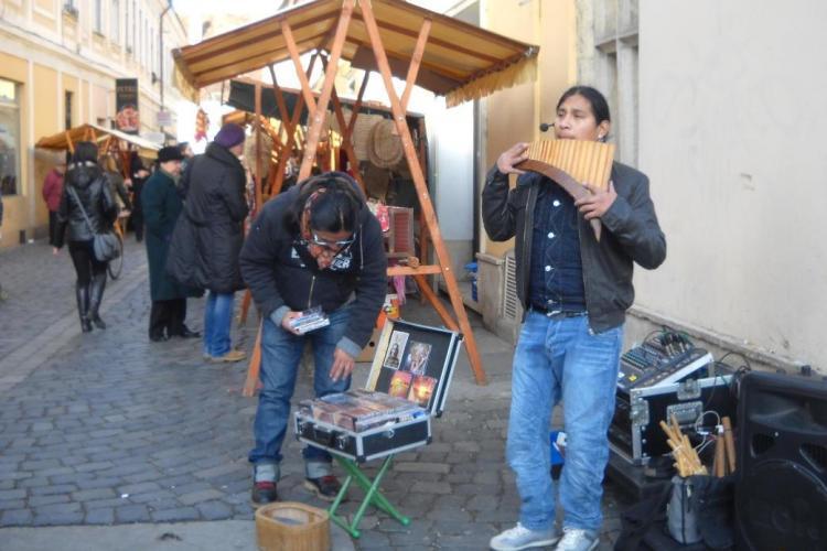Ecuadorienii care canta pe strada Matei Corvin ii deranjeaza pe clujeni