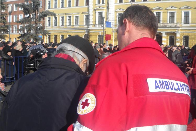 Un batran a lesinat in Piata Avram Iancu, la slujba de Boboteaza. Ambulanta a venit abia dupa 15 minute VIDEO