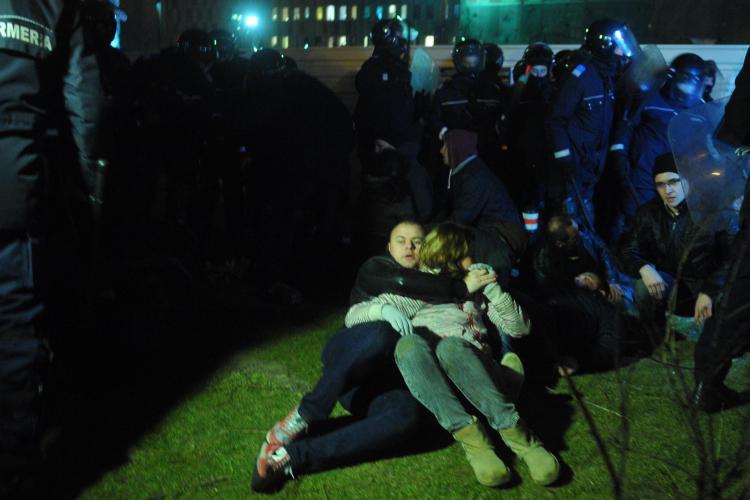 Iubire in timpul bataliei dintre huligani si jandarmi in Bucuresti FOTO