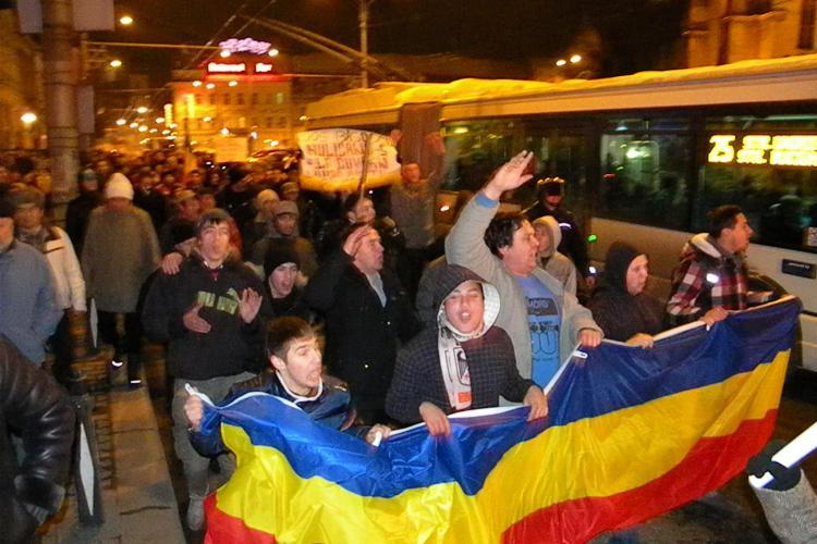Protestul din Piata Unirii s-a incheiat! Scandari puternice impotiva lui Basescu, Boc, PDL si USL VIDEO si FOTO