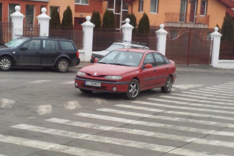 Asa parcheaza smecherii in Cluj-Napoca! Si-a lasat masina in intersectie si a plecat FOTO