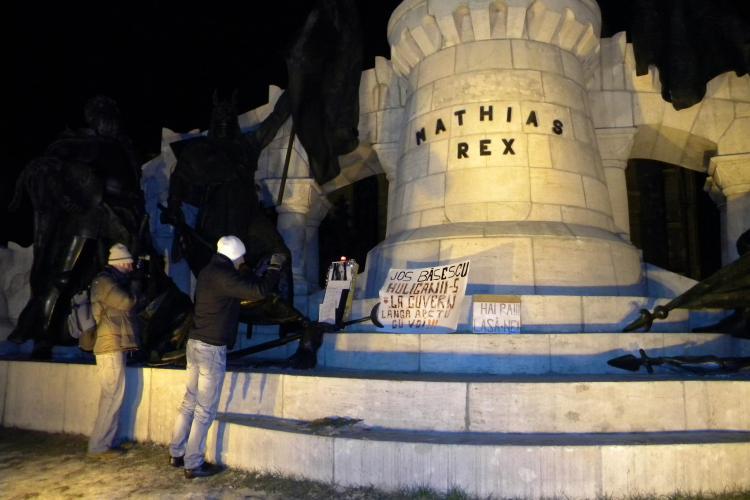 Un ULTRAS U Cluj cu antecedente penale a vandalizat statuia lui Matei Corvin! EXCLUSIV