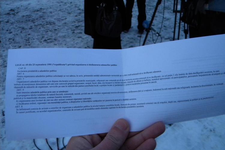 """Protestatarii anti Basescu din Piata Unirii au primit hartii de """"intimidare"""" din partea jandarmilor VIDEO"""