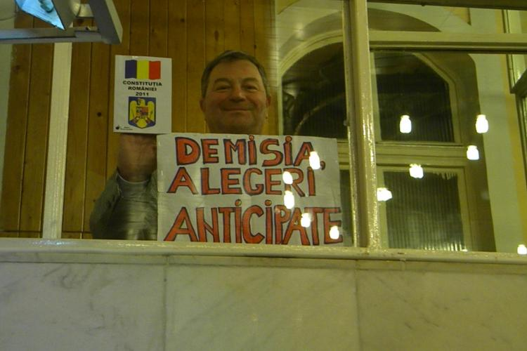 Imaginea zilei la Cluj! Un protestatar cere demisia consilierilor locali FOTO
