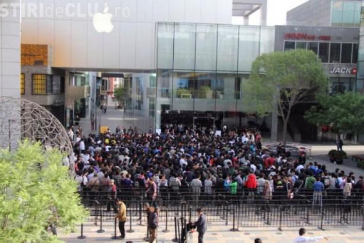 Magazin Apple din Beijing, atacat cu oua de clienti VIDEO