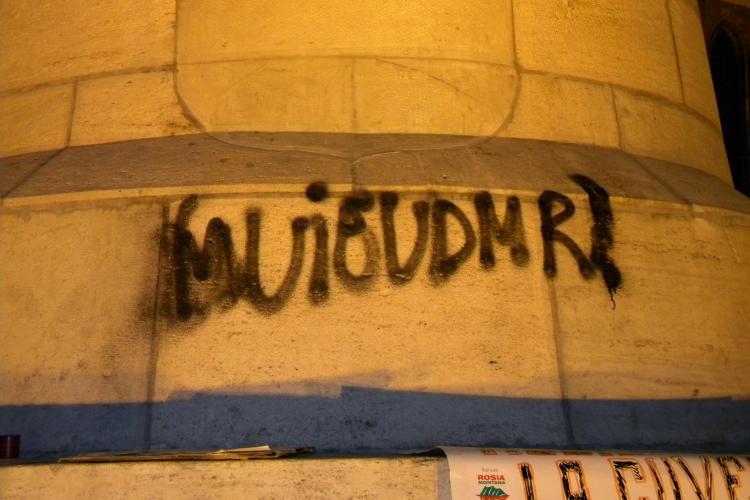 "Statuia lui Matei Corvin, vandalizata! ""M..e UDMR"", scris la finalul protestului din Piata Unirii FOTO si VIDEO"