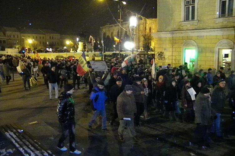 """""""Basescu Traian, primul huligan!"""" - 500 de protestatari, in mars pe strazile Clujului FOTO si VIDEO"""
