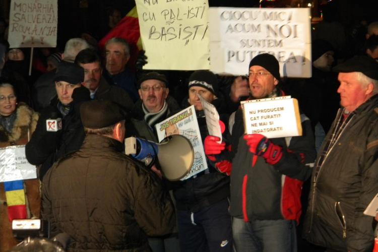 Protest cu spatele la camerele televiziunilor in Piata Unirii FOTO si VIDEO