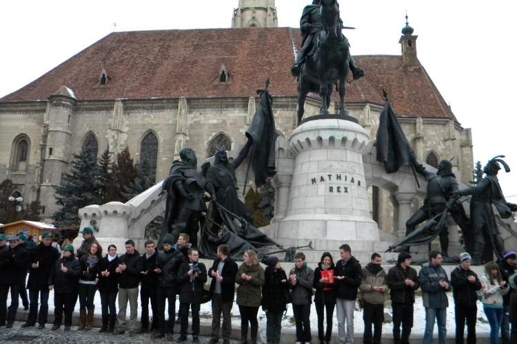 Lant uman in jurul lui Matei Corvin! 150 de maghiari au participat la un flash mob in Piata Unirii VIDEO si FOTO