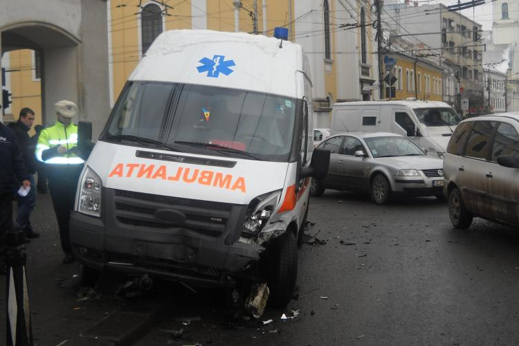Accidentul de la Melody, in care a fost implicata o ambulanta, surprins de camerele de supraveghere VIDEO