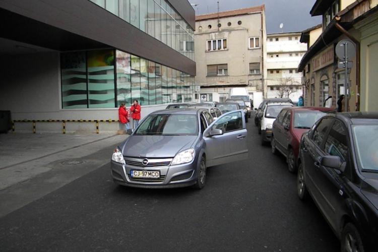Parcarea din spatele magazinului Central blocheaza traficul! Soferii au stat 20 de minute in strada ca sa iasa doua masini din subteran VIDEO si FOTO