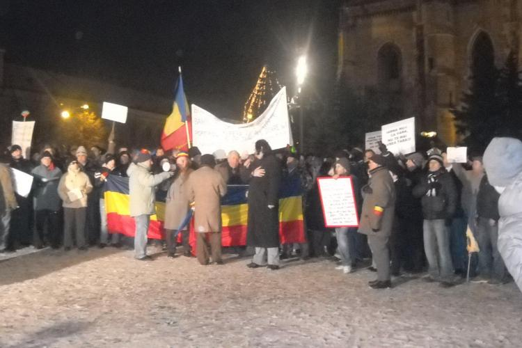 """Protestele continua la Cluj. """"Nu stati pe balcoane, ca muriti de foame"""" FOTO si VIDEO"""