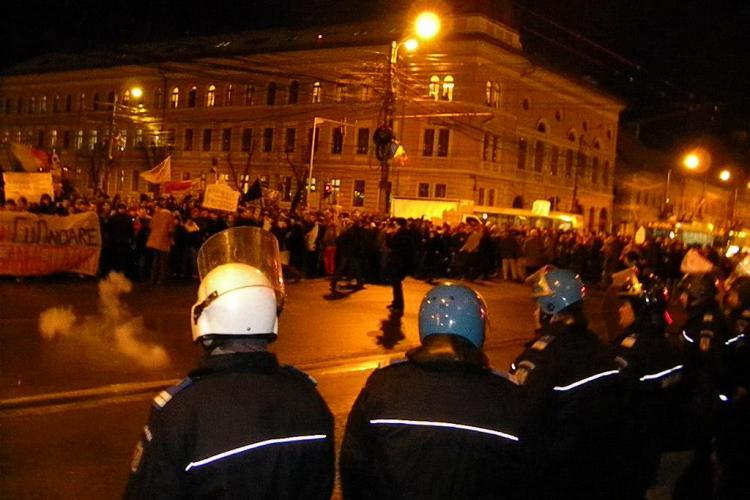 Petarde aruncate de suporterii U Cluj in fata Prefecturii! Cei 1.000 de manifestanti au marsaluit prin oras VIDEO si FOTO