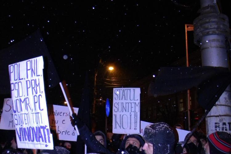 Anarhistii au fluturat steaguri funerare la protestul de la Cluj FOTO