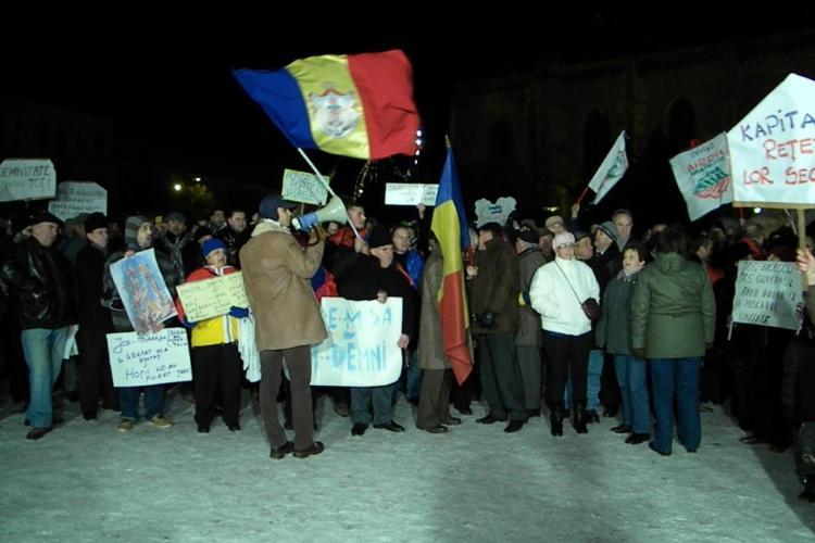 Sute de oameni in Piata Unirii din Cluj-Napoca protesteaza impotriva lui Traian Basescu. Nu lipseste Opozitia VEZI VIDEO