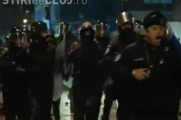 VIDEO AMUZANT! Un jandarm urla ca un nebun pentru a-i speria pe protestatari