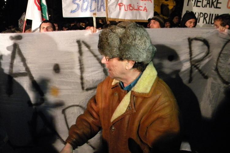 Imbranceli in Piata Unirii! Un barbat i-a acuzat pe manifestanti ca sunt platiti de deputatul PDL Cluj, Daniel Buda VIDEO
