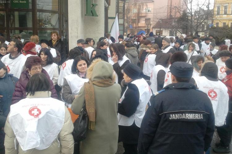 Peste 150 de membri de sindicat picheteaza la aceasta ora Prefectura Cluj! Vedeti aici LIVE VIDEO protestul de la Cluj