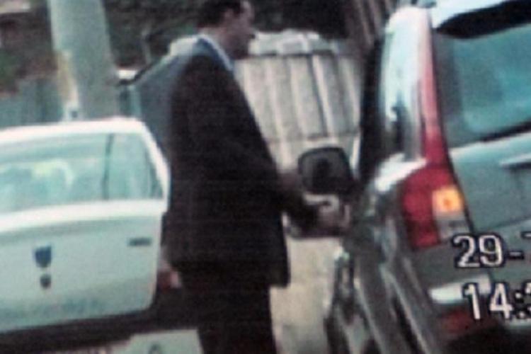 Vezi cum era filat Sorin Apostu de procurorii DNA Cluj! FOTO de la dosar