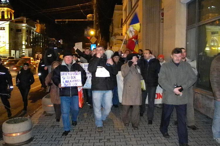 """Putini, dar indarjiti! Protestatarii din Piata Unirii au """"colindat"""" Clujul FOTO"""