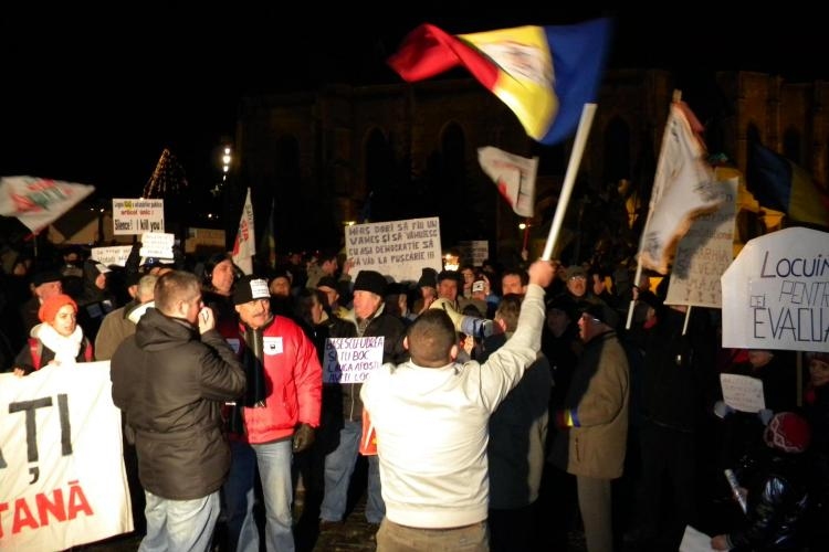 "Protest in Piata Unirii: ""Viermi si huligani! Cei veniti aici pe bani lepadati-va de Base!"""