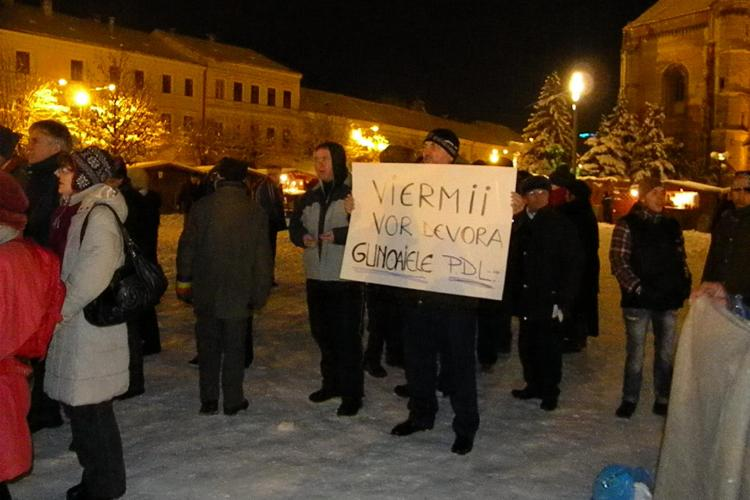 50 de oameni in Piata Unirii, la protest! Majoritatea sunt pensionari VIDEO si FOTO