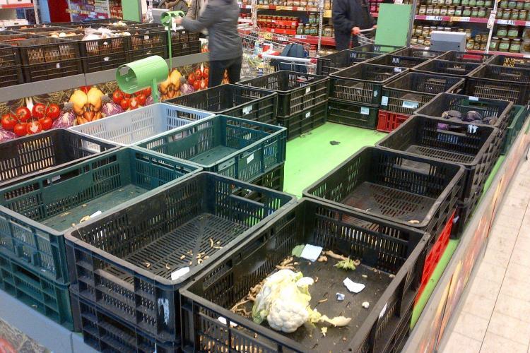 Romanii au golit magazinele ca la foamete! Se tem de ninsoare FOTO
