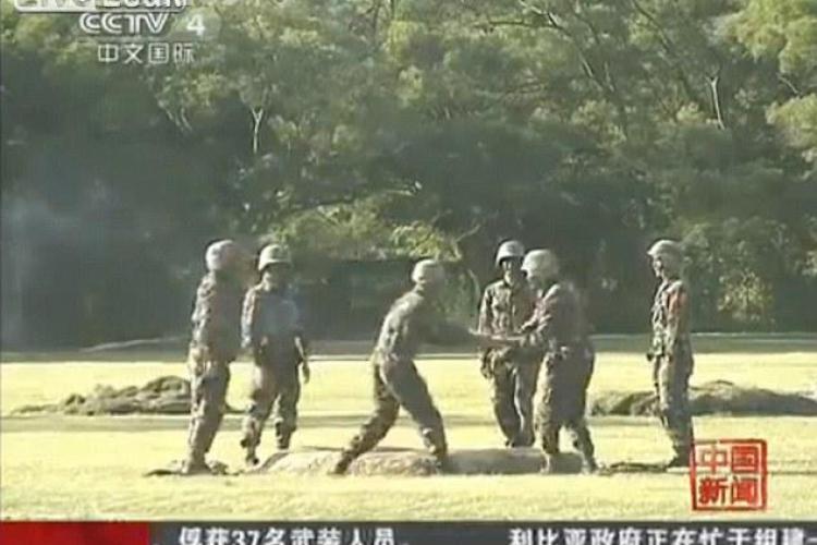 Soldatii chinezi se antreneaza cu grenade active, pe care le dau din mana in mana VIDEO